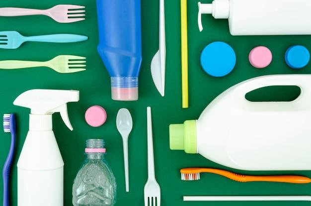 Вторичной переработки пластиковых деталей на зеленом фоне Бесплатные Фотографии