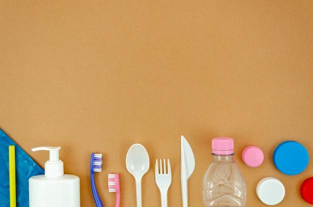 茶色の背景にリサイクル可能なプラスチック部品 無料写真