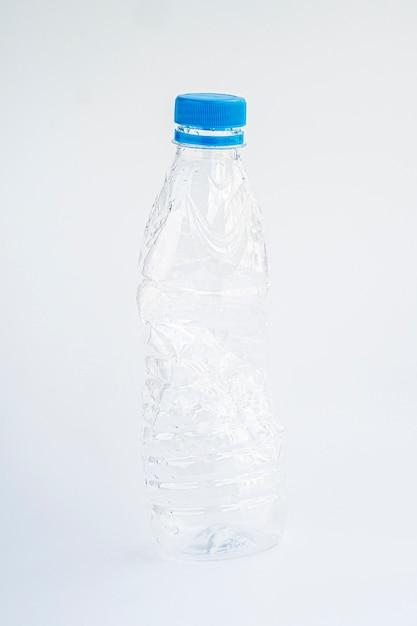 灰色の背景にフルショットプラスチックボトル 無料写真