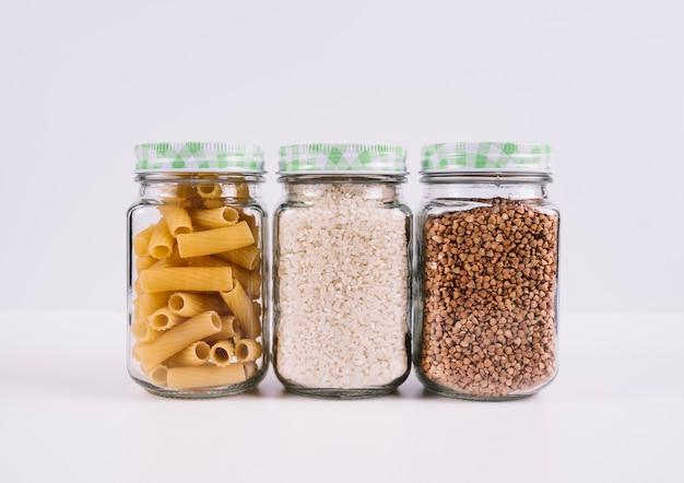 Вид спереди еда в банках на белом фоне Бесплатные Фотографии