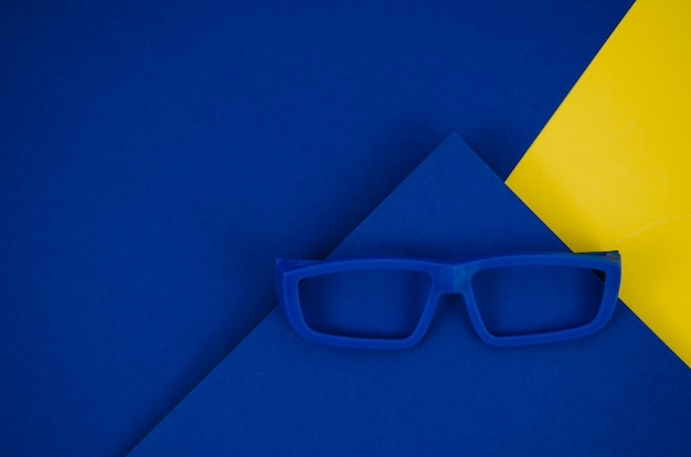 カラフルな背景に青い子供眼鏡 無料写真