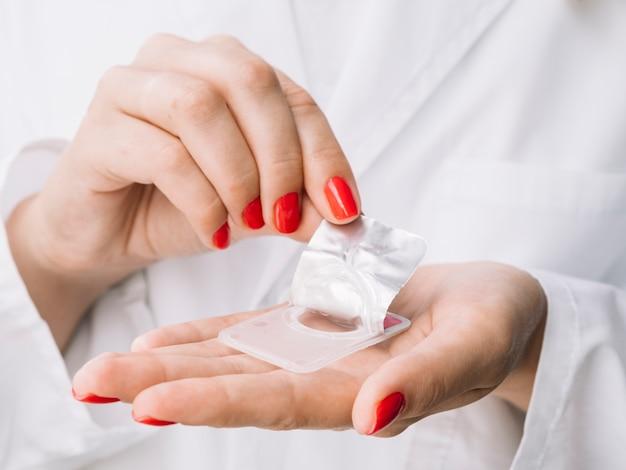 Женщина распаковывает новые контактные линзы Бесплатные Фотографии