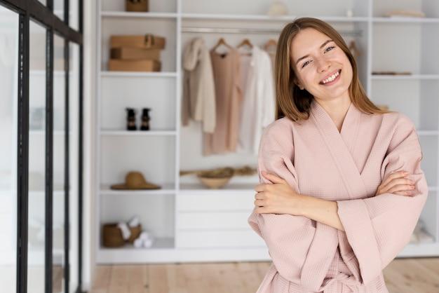 Смайлик женщина в розовом халате, глядя на камеру Бесплатные Фотографии