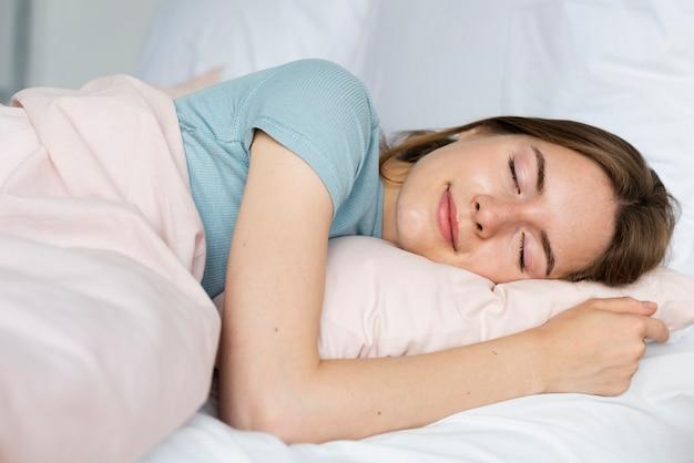 平和的に眠っている笑顔の女性 無料写真