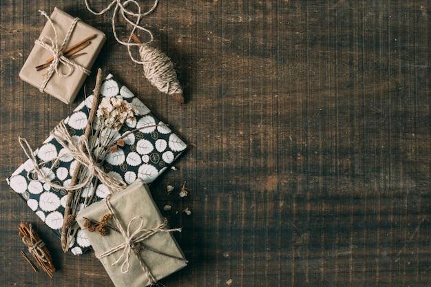 Плоская планировочная рамка с подарками и копией пространства Бесплатные Фотографии