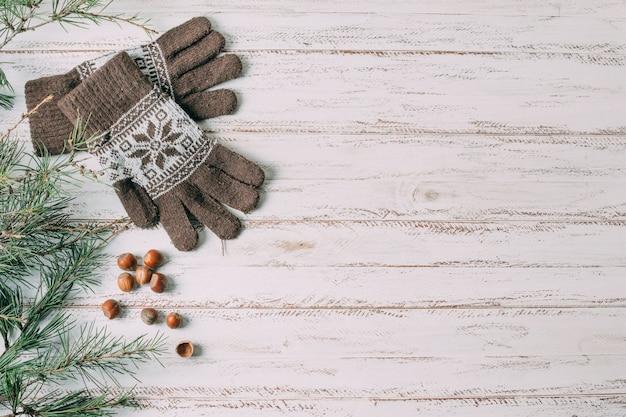 木製の背景に手袋とトップビューフレーム 無料写真