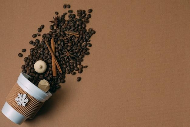 コピースペースを持つトップビューローストコーヒー豆 無料写真