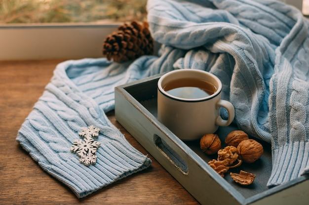 Чашка чая крупным планом с орехами Бесплатные Фотографии