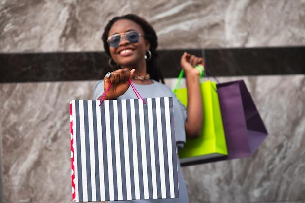 Смайлик женщина с сумками Бесплатные Фотографии