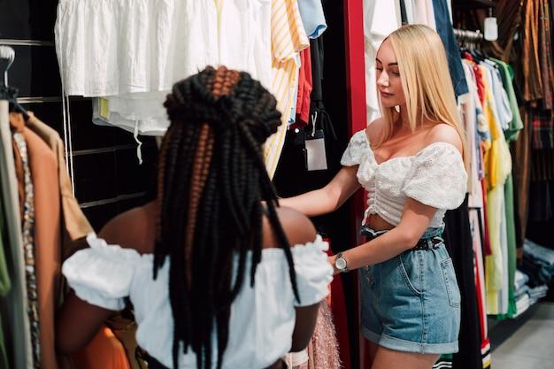 Молодые женщины проверяют магазин одежды Бесплатные Фотографии