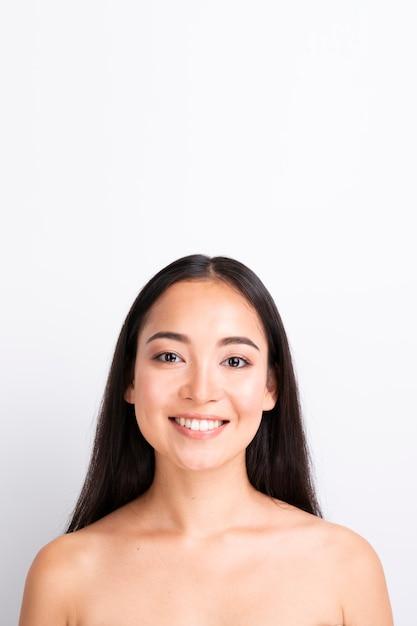 健康な皮膚を持つ若い女性をクローズアップの肖像画 無料写真