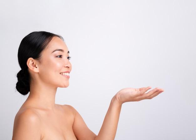 白い笑顔とコピースペースできれいな女性をクローズアップ 無料写真