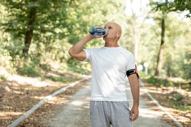 森の中の長老飲料水 無料写真