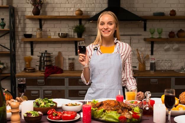 Женщина держит бокал красного вина и улыбка Бесплатные Фотографии