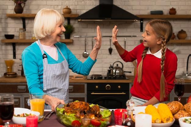 祖母と孫娘が台所で遊んで 無料写真
