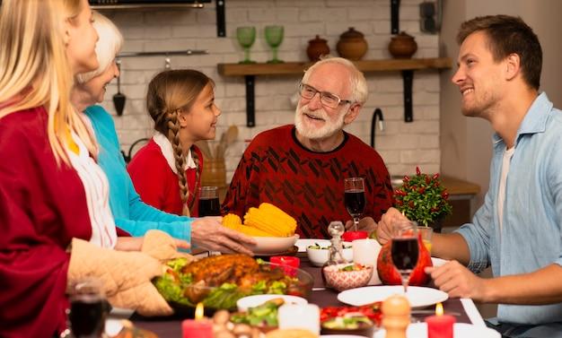 家族の世代が台所でおしゃべり 無料写真