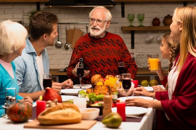 Семейные поколения слушают дедушку Бесплатные Фотографии