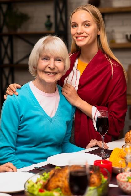 Средний снимок матери и ее дочери Бесплатные Фотографии