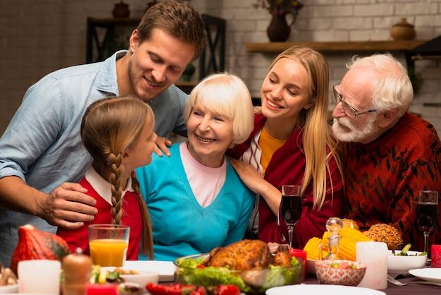 Семейные поколения смотрят друг на друга Бесплатные Фотографии