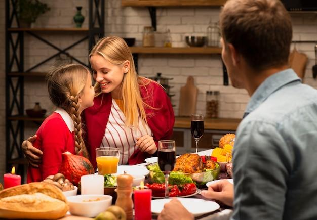 Мать и дочь счастливы на кухне Бесплатные Фотографии