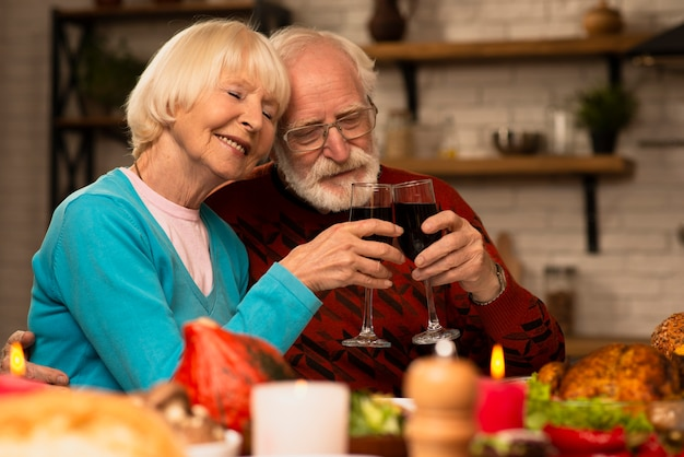老夫婦一緒にグラスを乾杯 無料写真