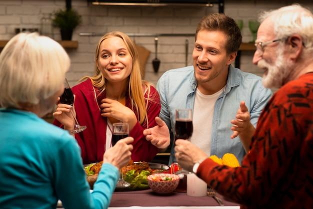 Семья болтает и держит бокалы с вином Бесплатные Фотографии