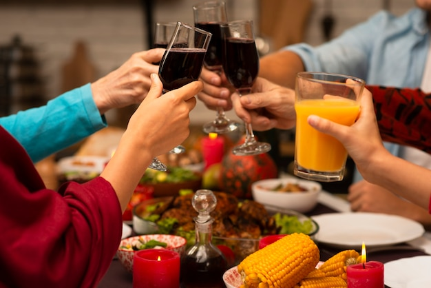 感謝祭のイベントで家族の乾杯メガネ 無料写真