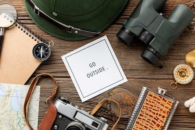 テーブルの上のトップビュー旅行キット要素 無料写真