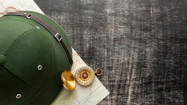 トップビューの帽子とテーブルの上のコンパス 無料写真
