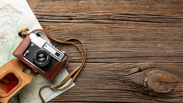 木製テーブルの上のトップビューカメラ 無料写真