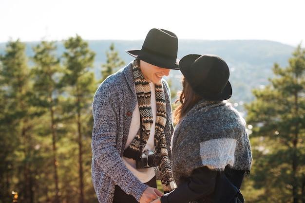 大人の男性と女性の冬の衣類 無料写真