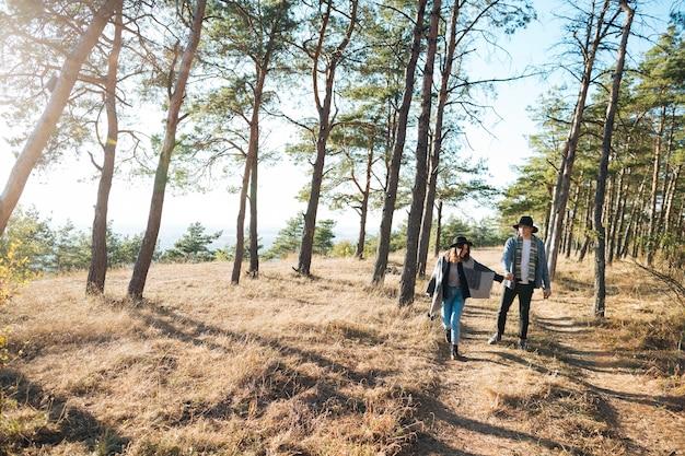 公園を歩いているロングショットカップル 無料写真