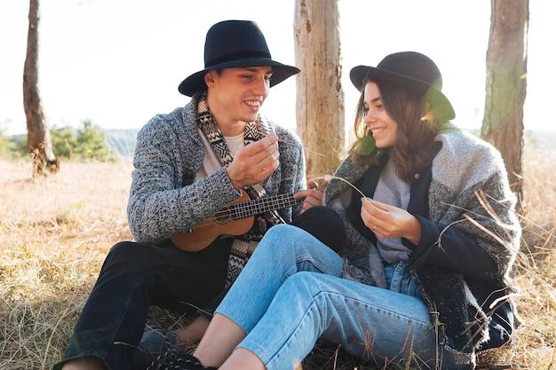 自然の中で若いカップルの肖像画 無料写真