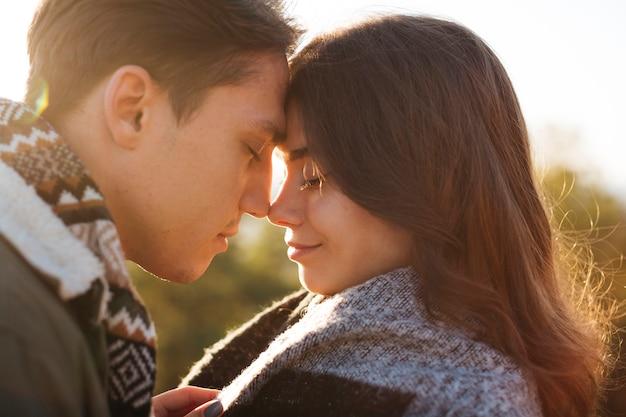 Макро милая молодая пара в любви Бесплатные Фотографии