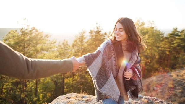 彼女のボーイフレンドの手を握ってスマイリーガール 無料写真