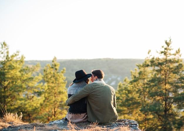 自然の中で座っている背面図の友人 無料写真