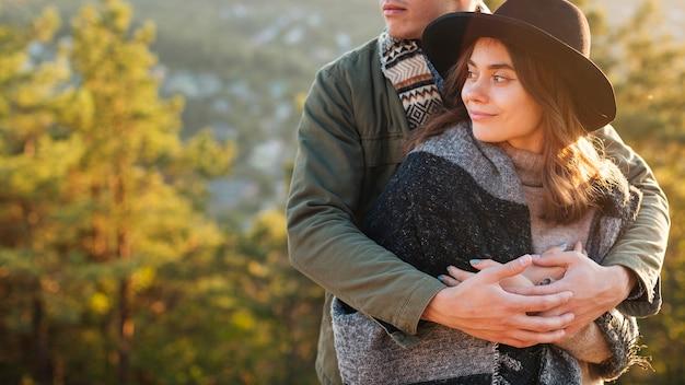 ハグする若いカップルの肖像画 無料写真