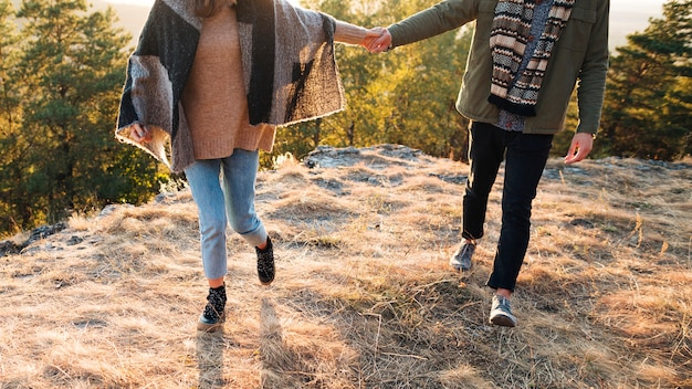 若い男と屋外で手を繋いでいる女性 無料写真