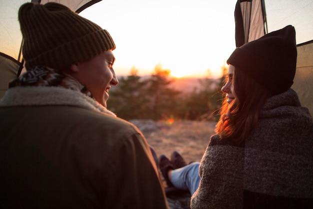自然の中で若いカップルの背面図 無料写真