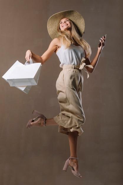 買い物袋と美しい若い女性 無料写真