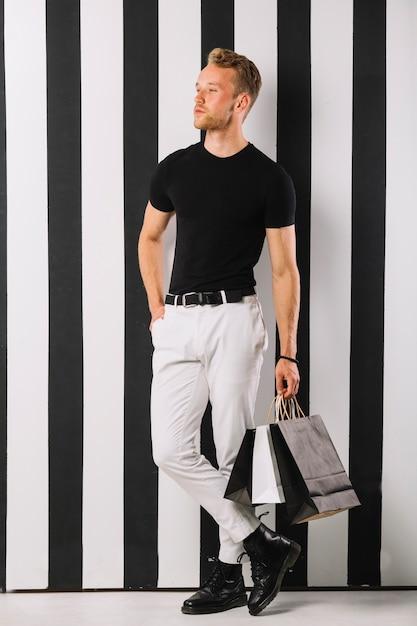 カジュアルな服装の若い男の肖像 無料写真