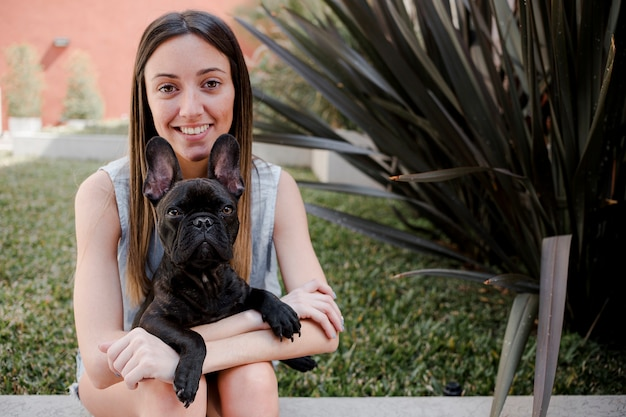 彼女の犬と正面スマイリーガール 無料写真