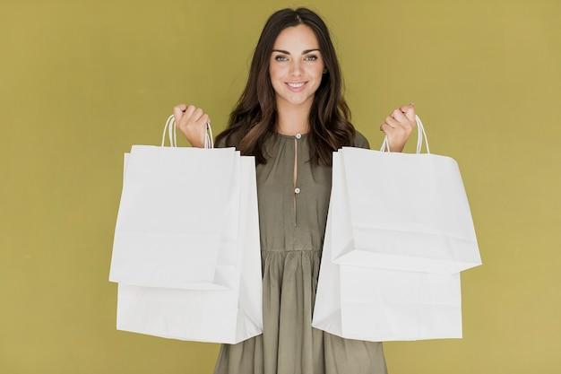 ショッピングネットを拾うカーキ色のドレスの女の子 無料写真