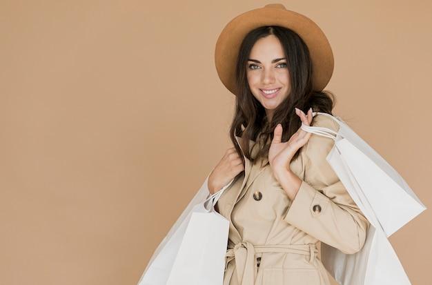 カメラを見てコートのきれいな女性 無料写真