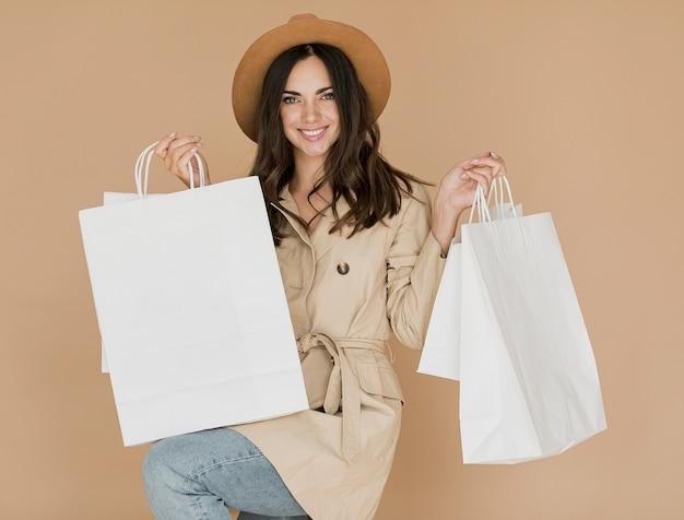 両方の手で買い物袋を持つ女性 無料写真