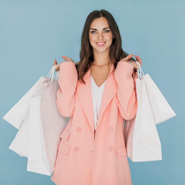 Леди в розовом костюме смотрит в камеру Бесплатные Фотографии