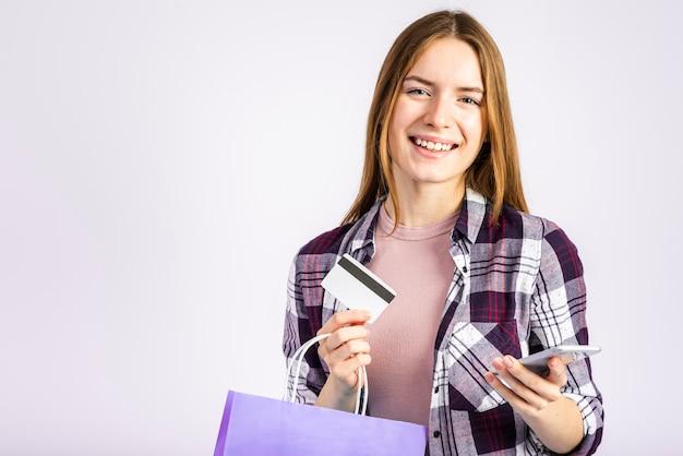 バッグを押しながらカメラ目線の肖像女性 無料写真
