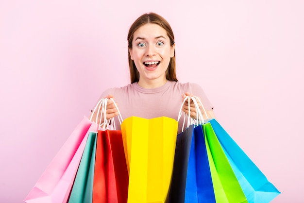 半ばショット幸せな女性のバッグを押しながらカメラ目線 無料写真