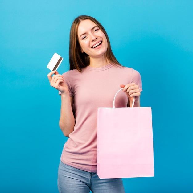 クレジットカードとバッグを保持している半ばショット女性 無料写真