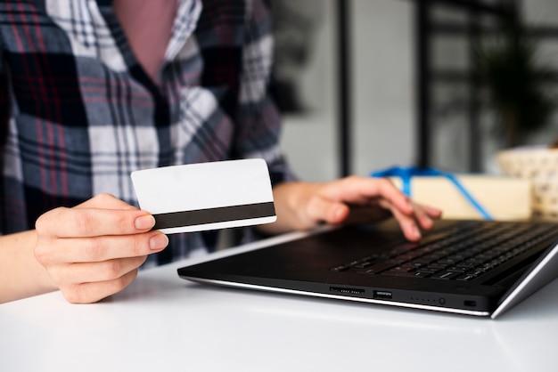 クローズアップ女性保有クレジットカード 無料写真